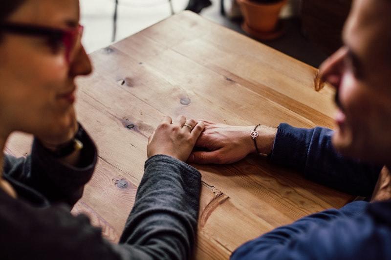 6 Måder Hvorpå Mænd Giver Udtryk For Deres Følelser, Uden At Brug Ord