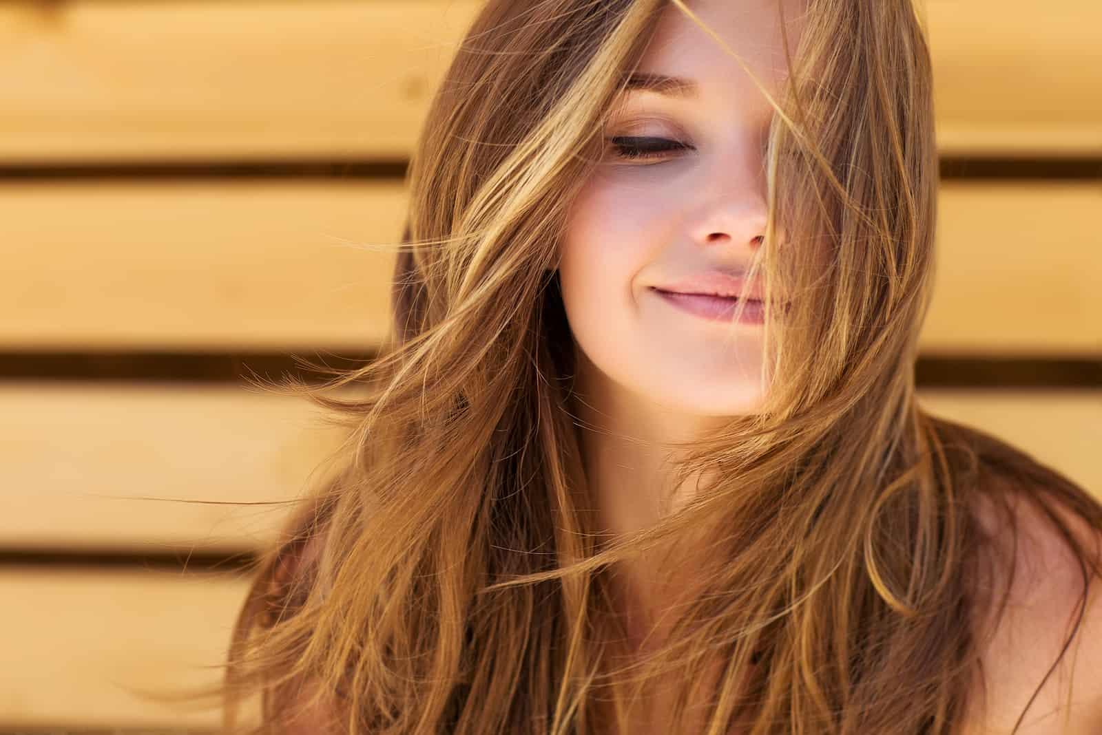 smuk smilende ung dame