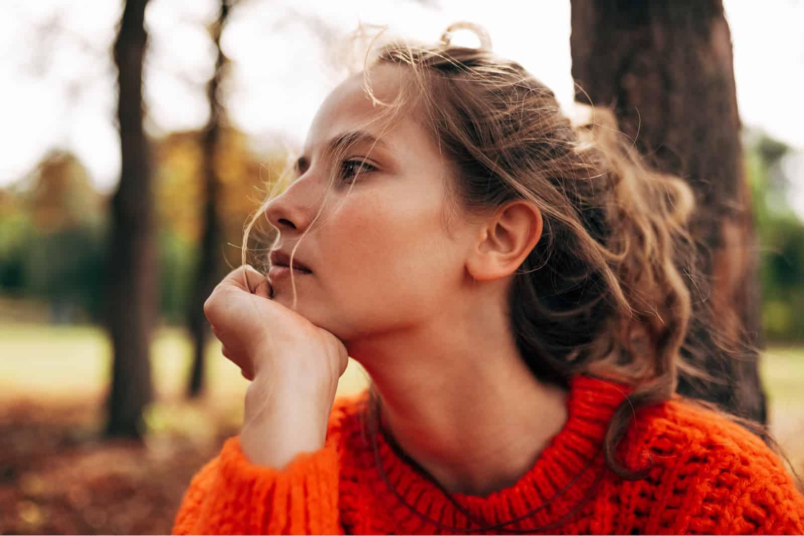 ung kvinde i skoven alene