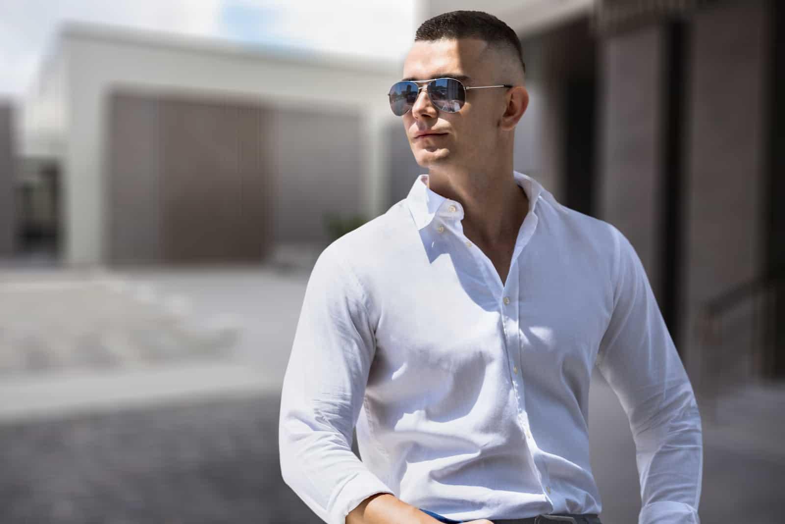 smuk ung mand med solbriller