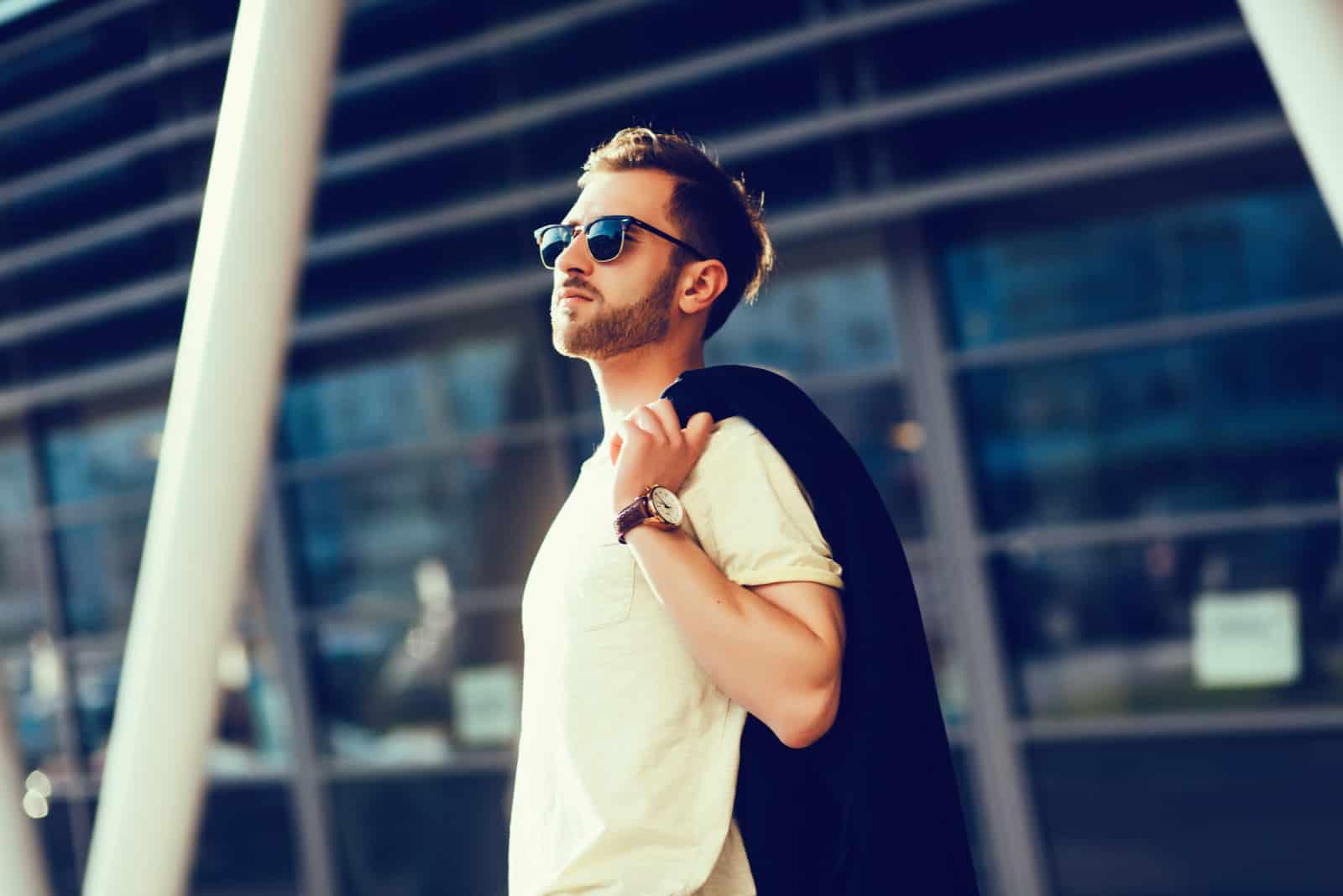 smuk mand iført solbriller