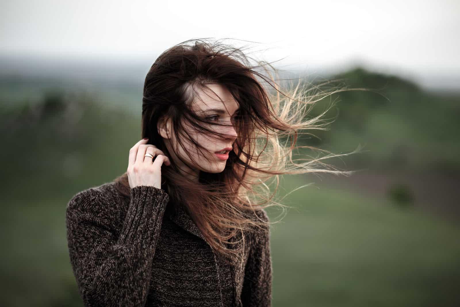 pige går på vinden