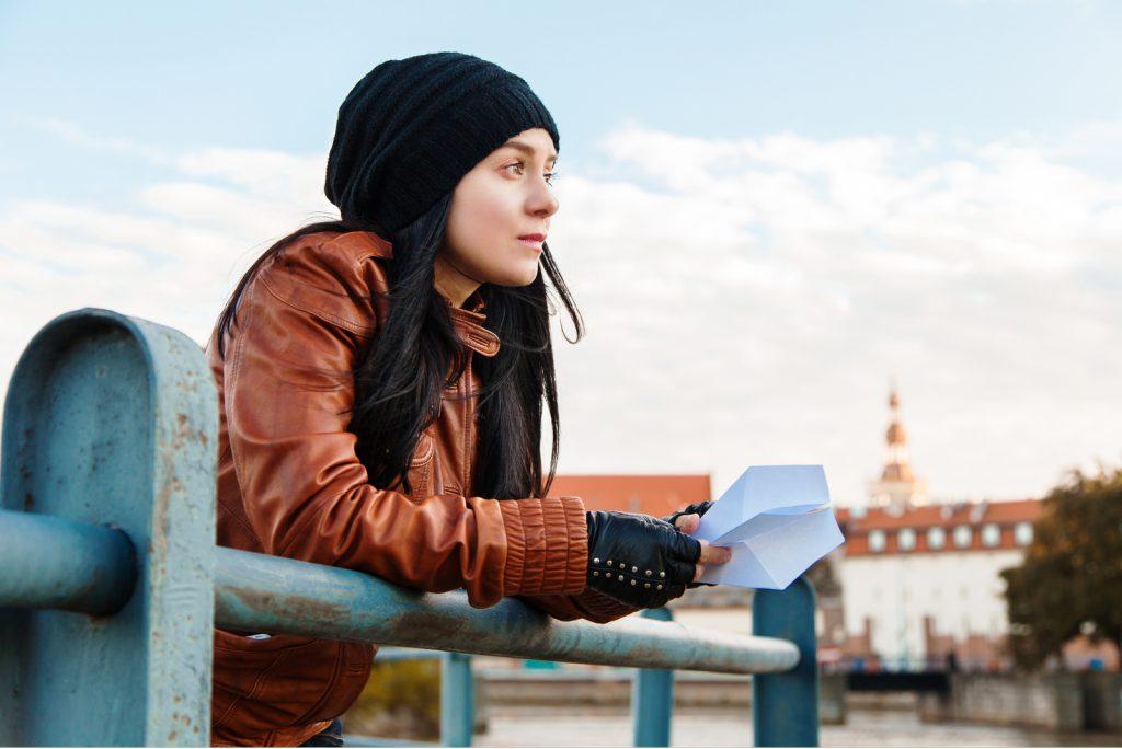 Drømmende stilfuld dame i en europæisk by