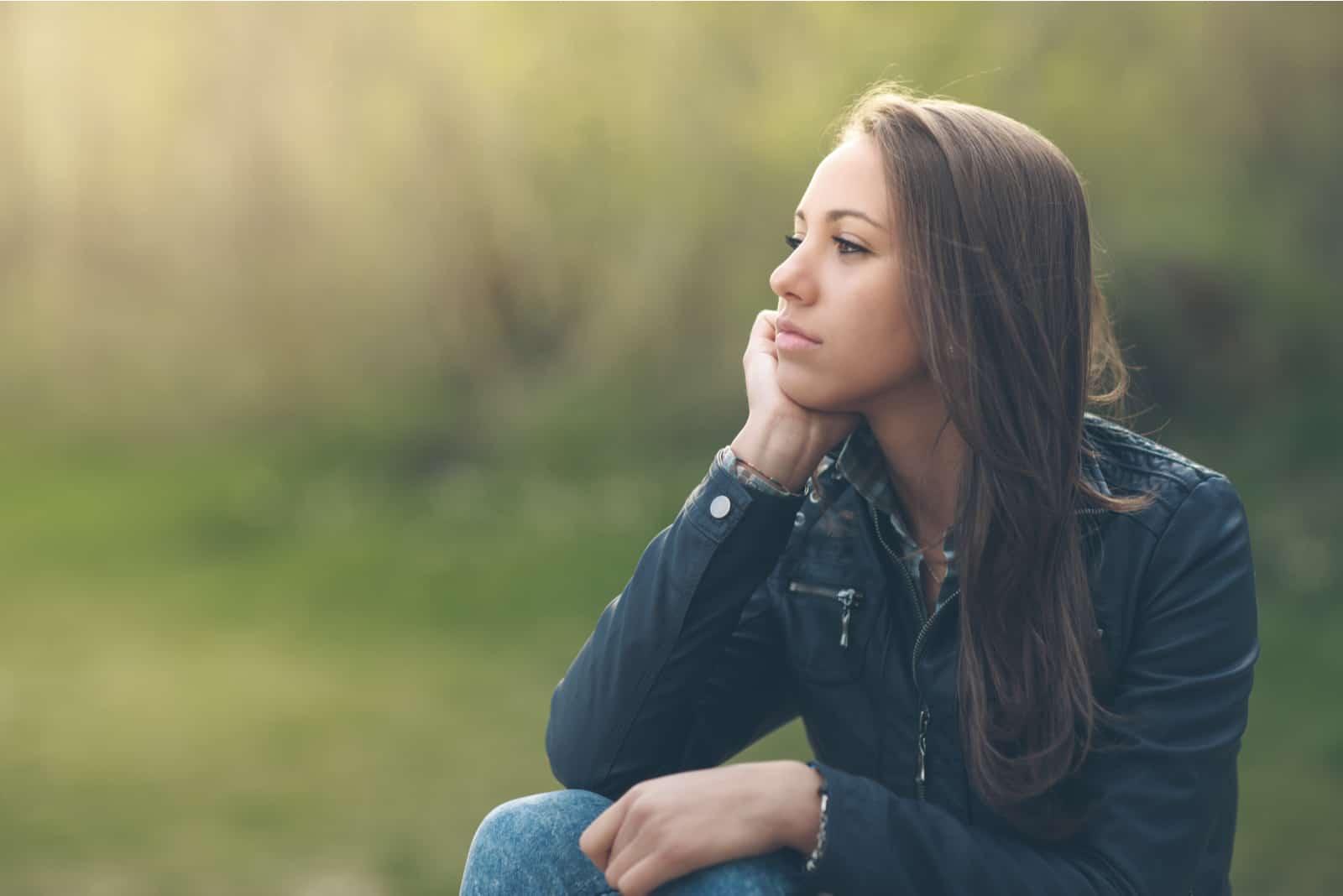 eftertænksom kvinde slapper af i parken