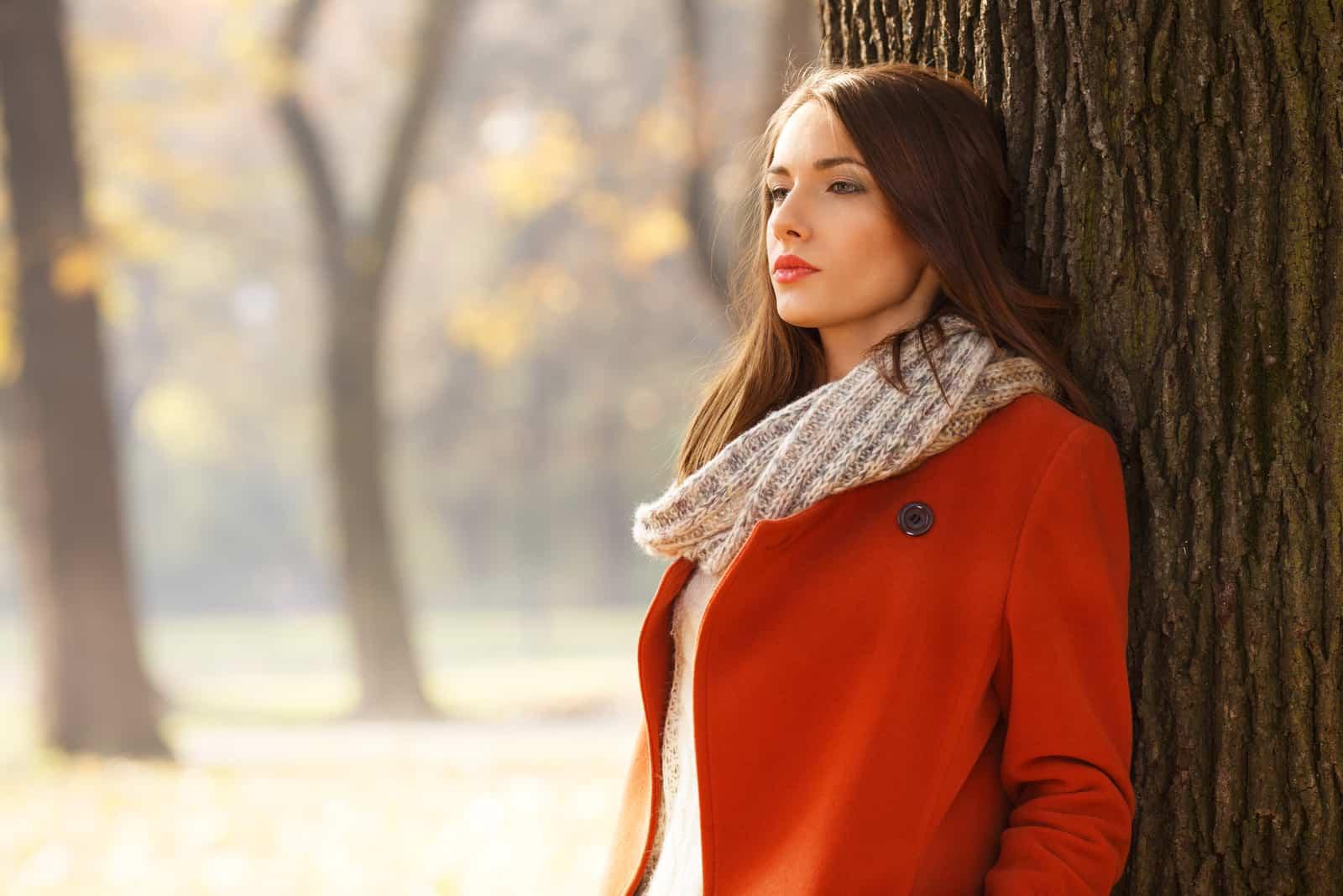 smuk brunette kvinde i parken