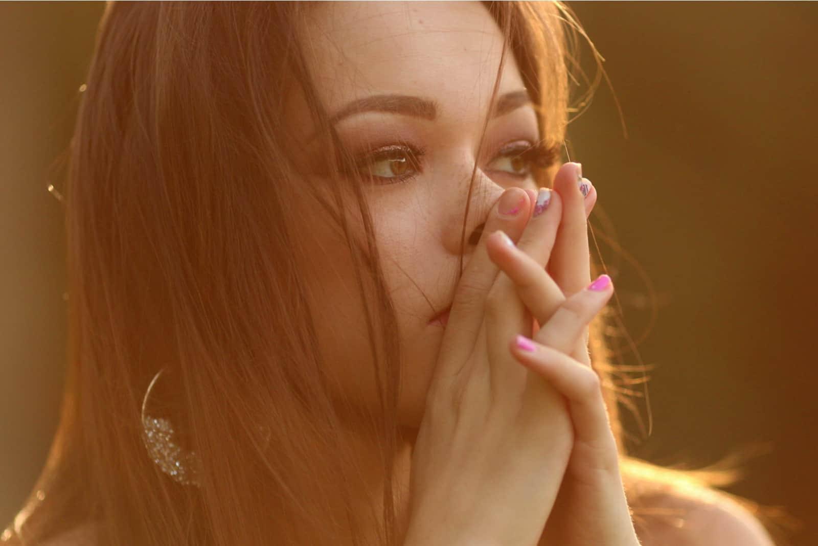 Tusindårig pige med hånd i ansigt, der fortryder og er trist