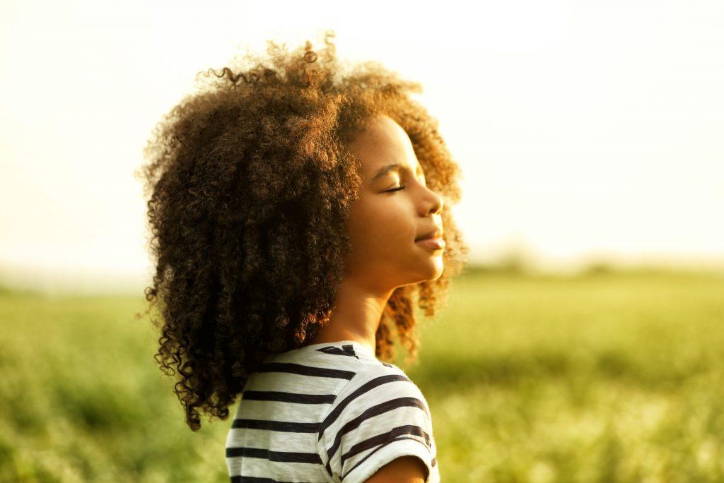 Glad lille afroamerikansk pige i marken