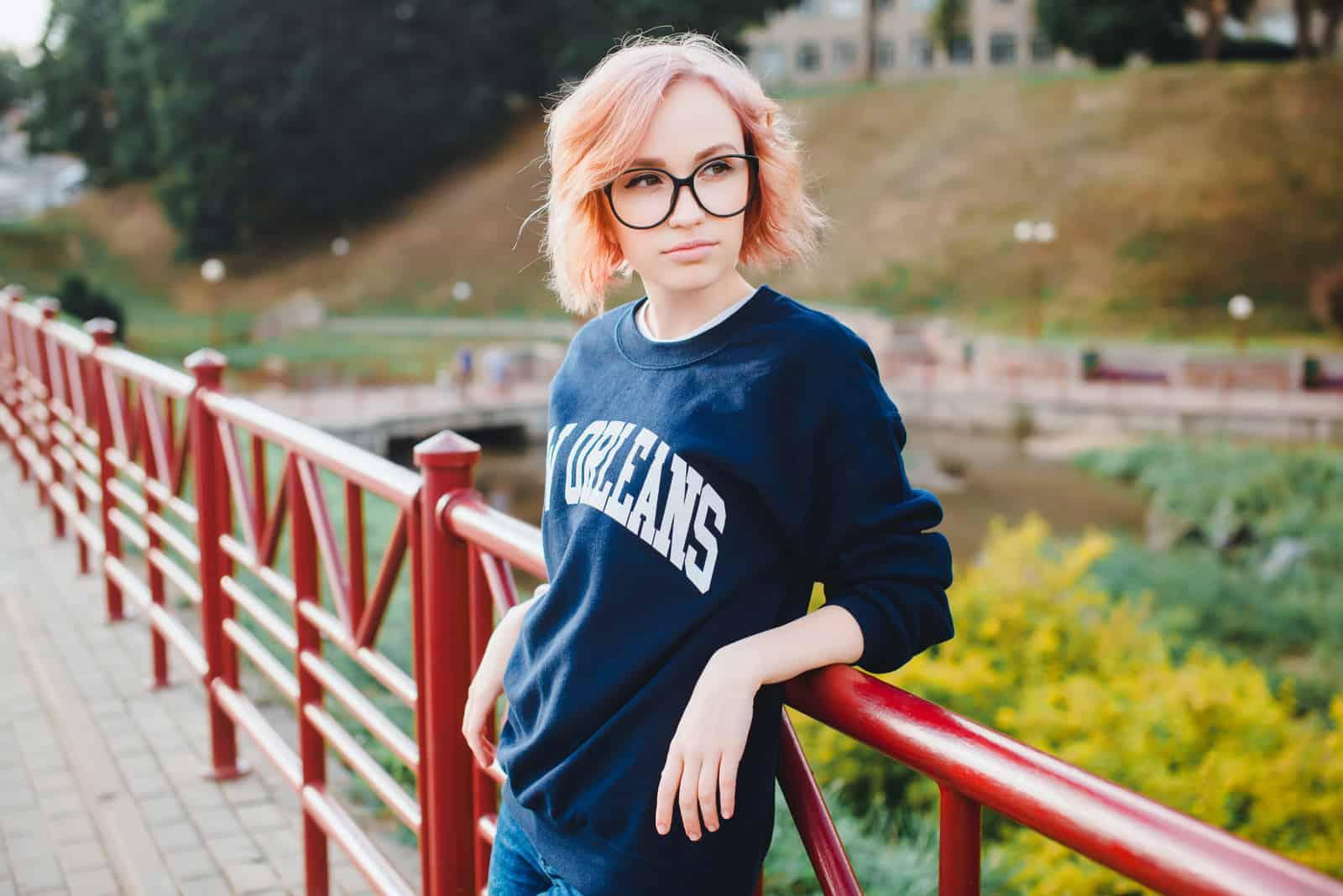 kvinde iført briller stående udendørs alene