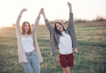 To piger på solnedgang baggrund