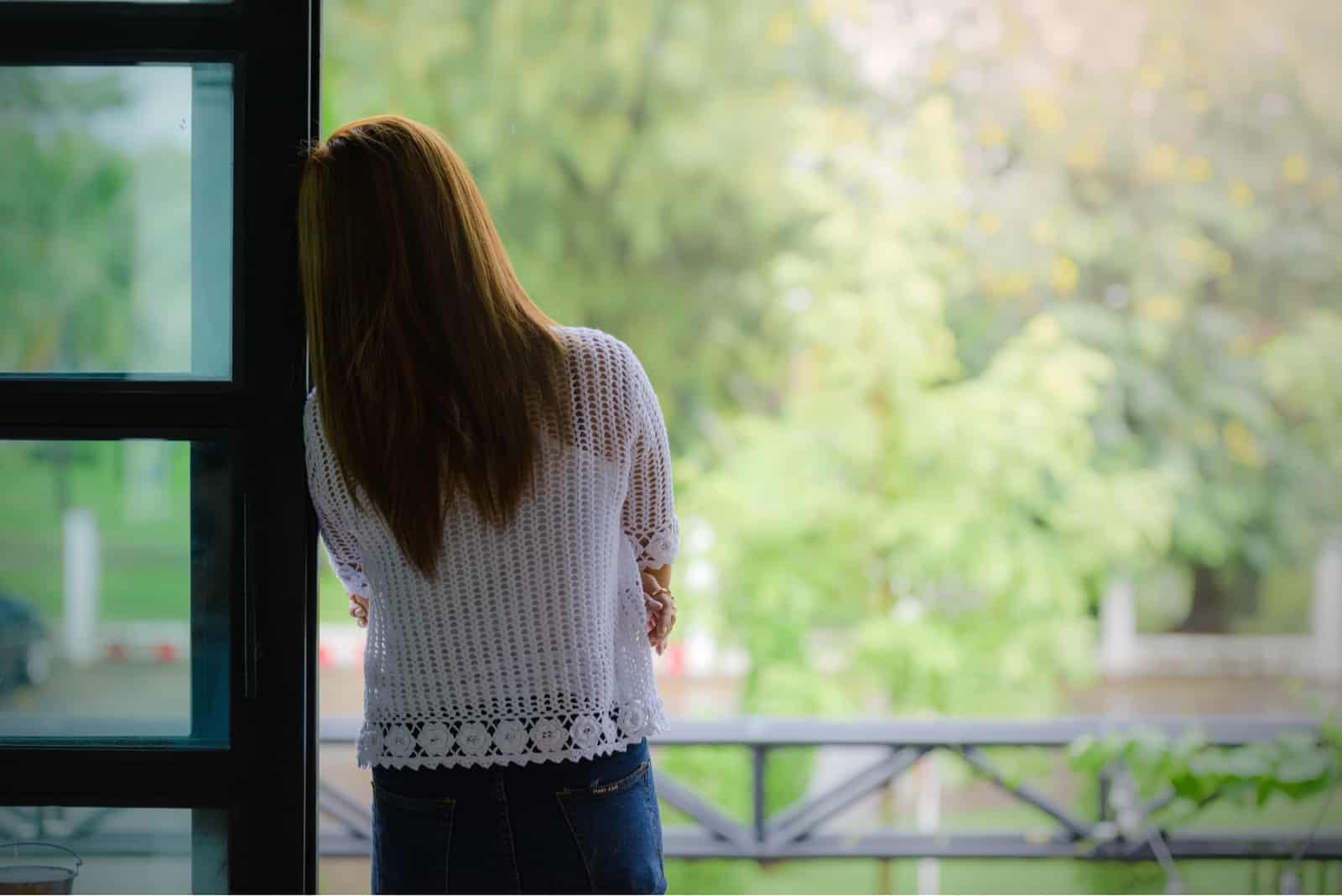 pige stående ved vinduet