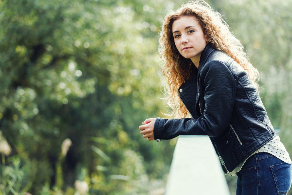 Portræt af smuk ung kvinde