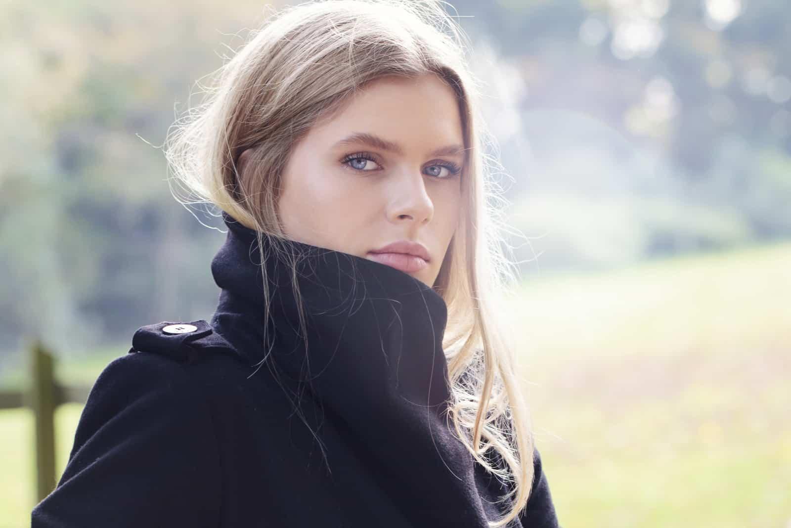Smuk kvinde i parken