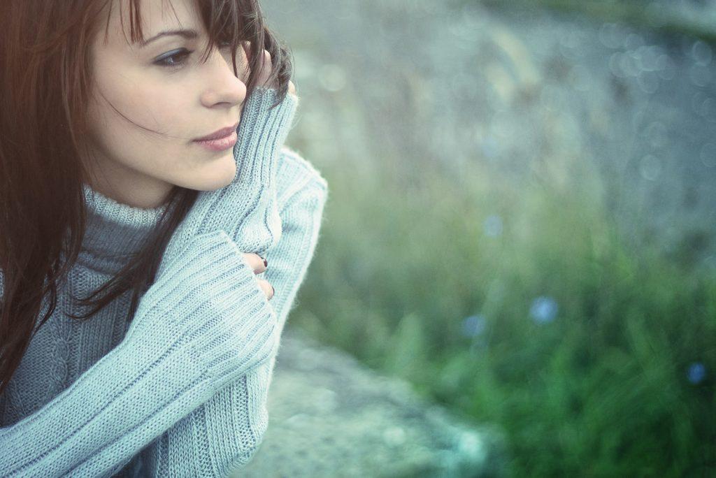 Smuk pige, der fryser udendørs