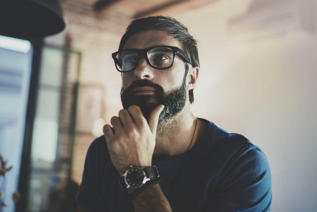Smuk skægget mand, der bruger hviletid
