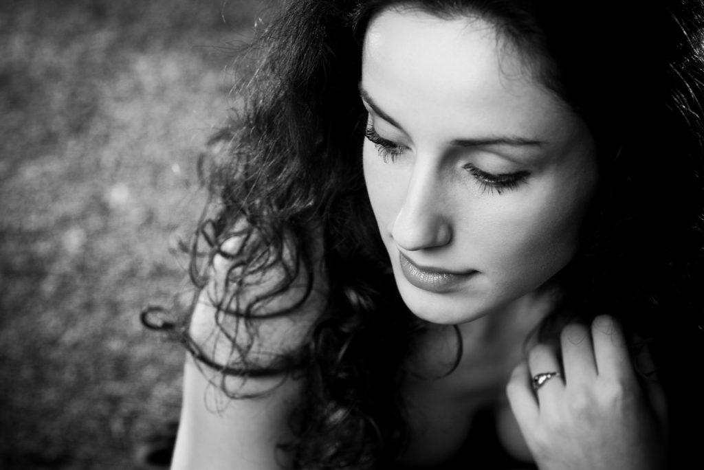 Ung kvinde eftertænksom portræt