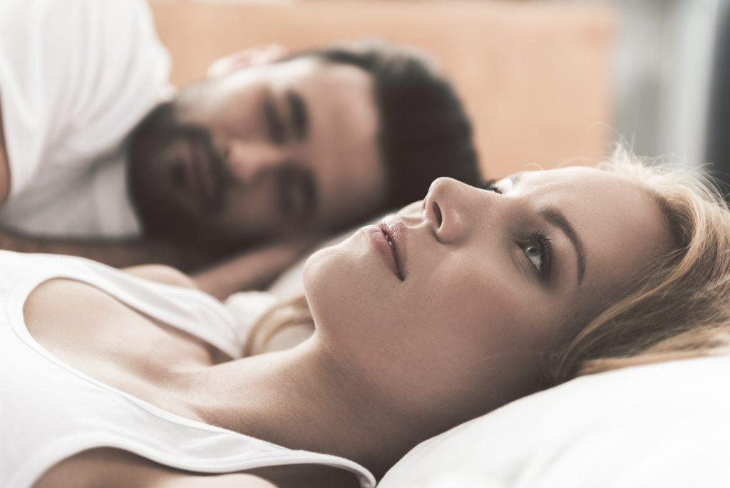 bekymret kvinde liggende i sengen
