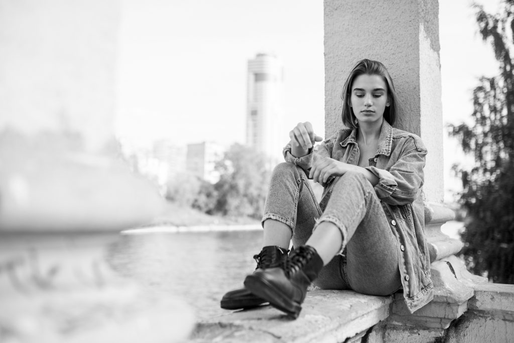 eftertænksom teenage pige iført denim og støvler