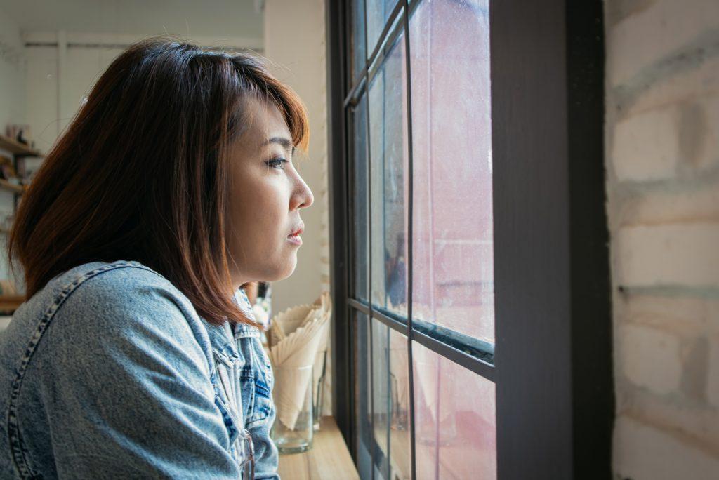 kvinde bag vinduet