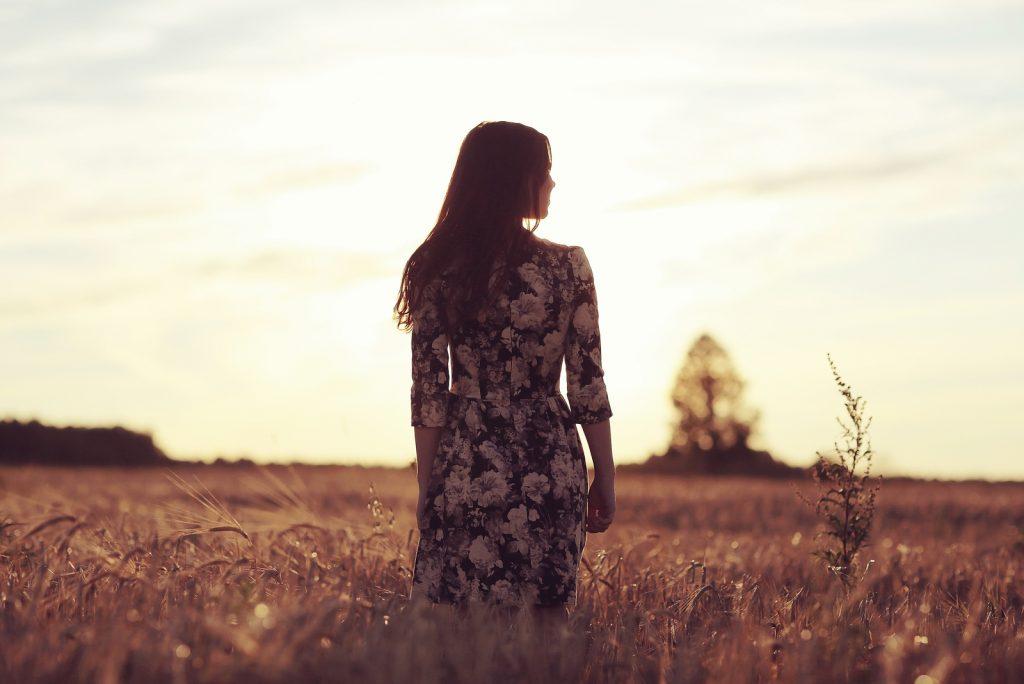 kvinde felt italiensk stil solnedgang