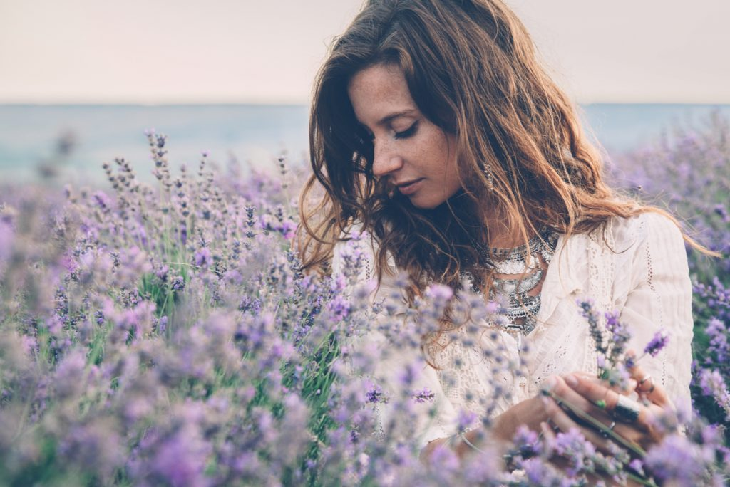 kvinde gå i foråret eller sommeren lavendel felt i solopgang