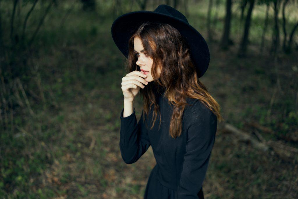 kvinde i sort har smukke glade udendørs
