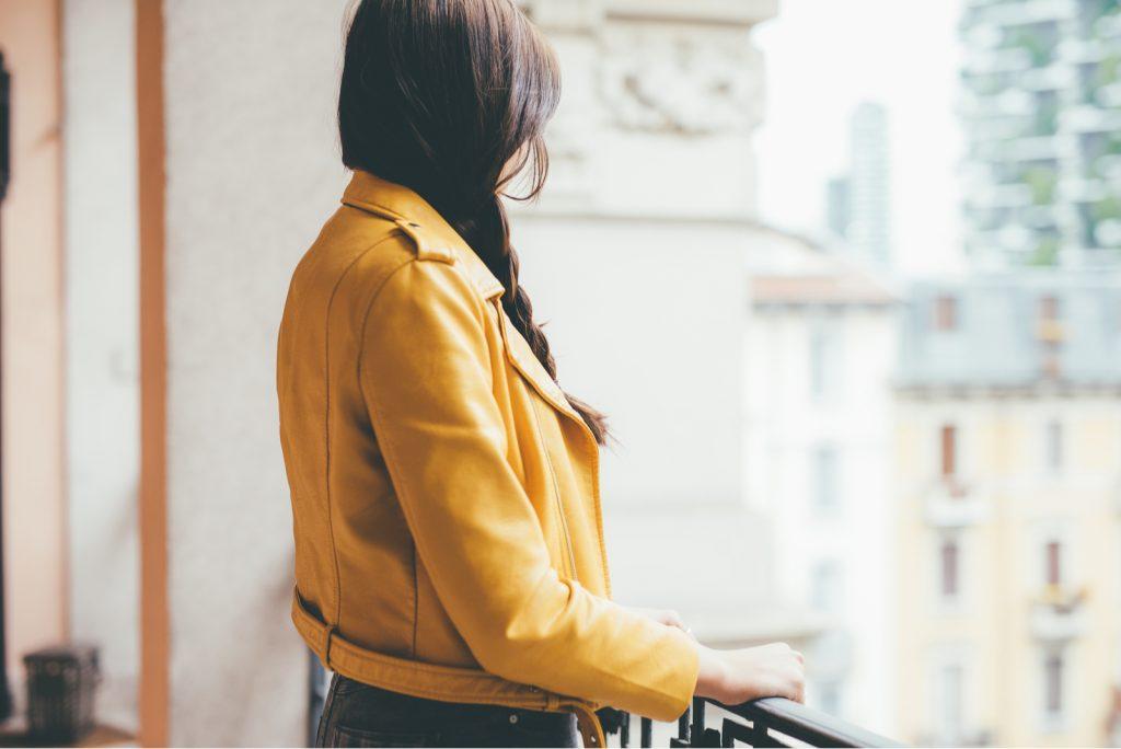 kvinde iført gul jakke