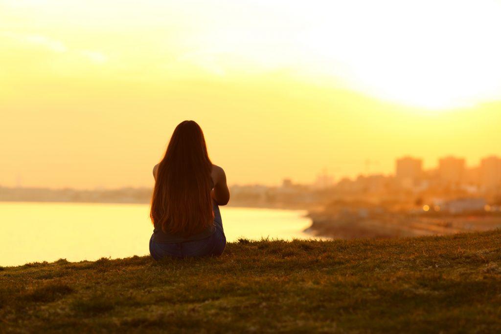 kvinde ser en solnedgang