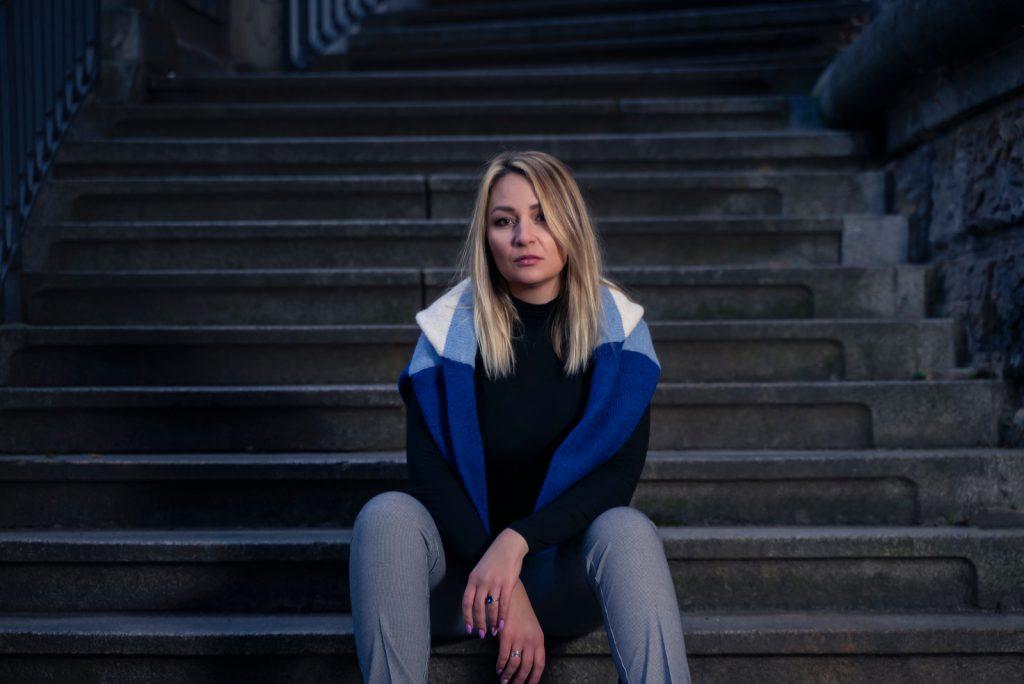 kvinde sidder i en trappe