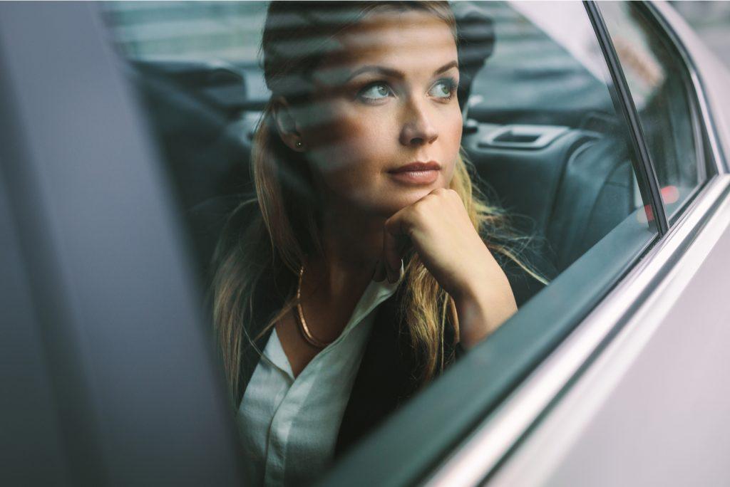 kvinde sidder på bagsædet i en bil