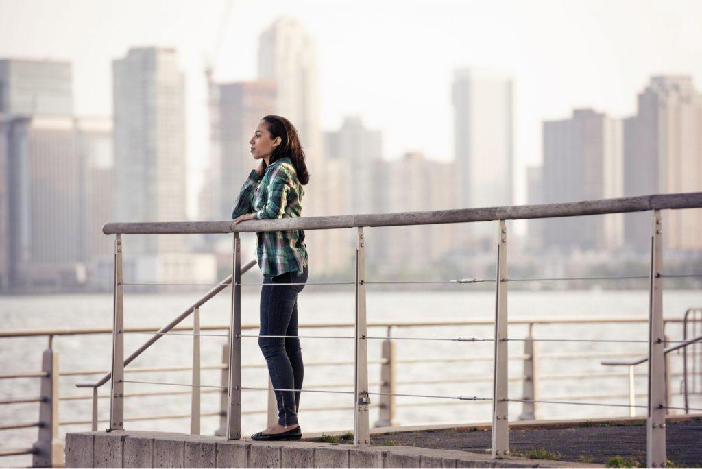 kvinde stående ved havnefronten