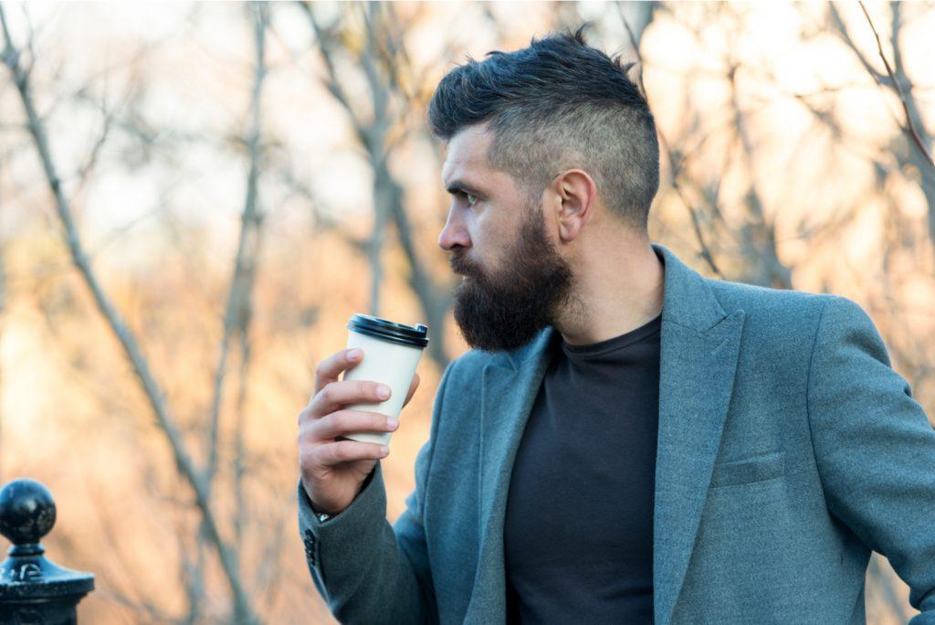 mand med skæg med kaffekop