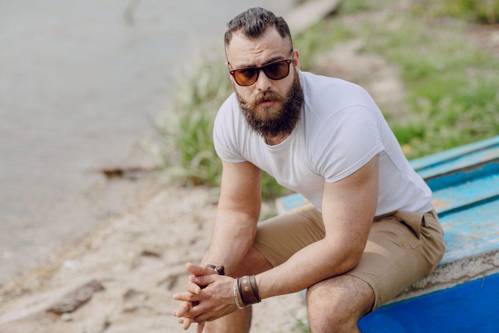 skægget mand på stranden