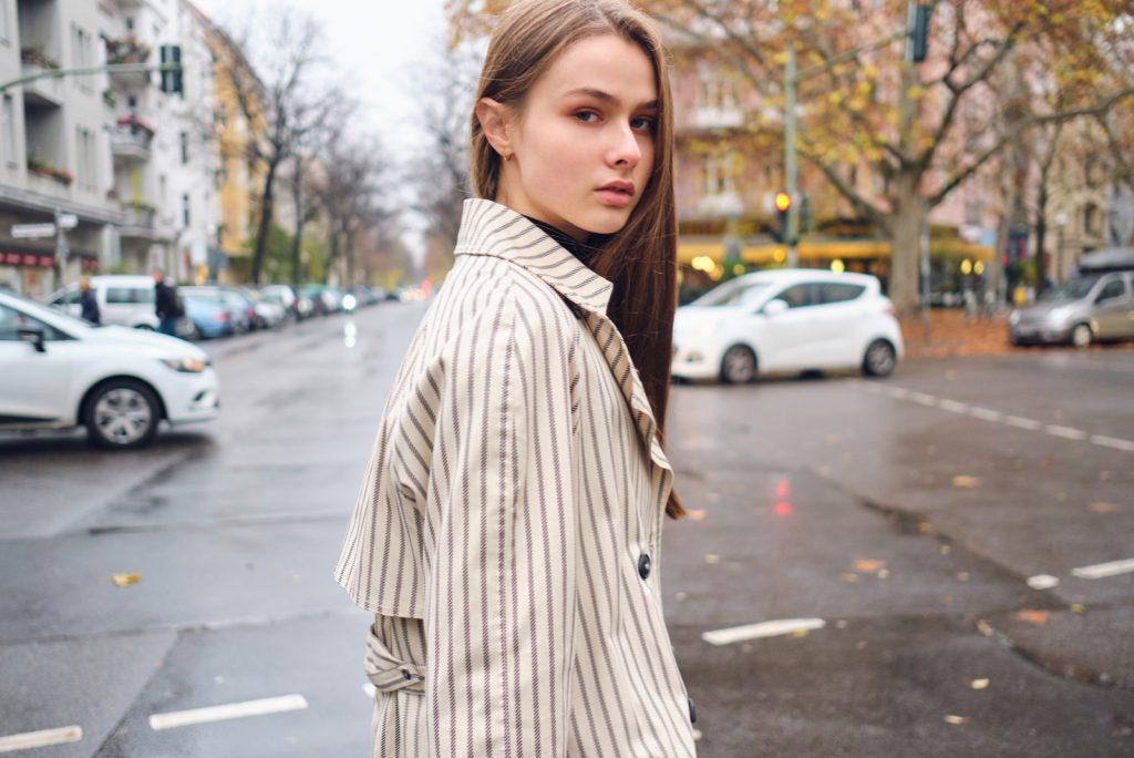 smuk stilfuld pige på gaden