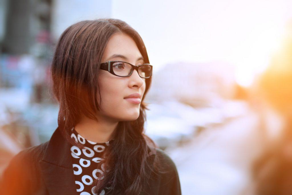 smuk ung forretningskvinde udendørs