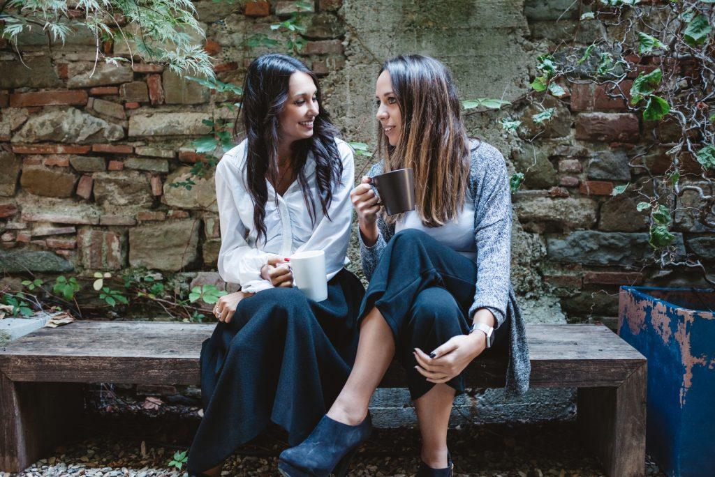 to venner sidder og snakker