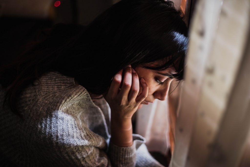 trist kvinde med hovedet nede