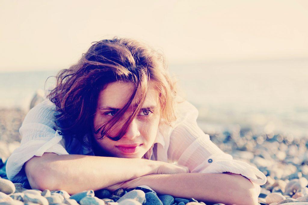 ung kvinde liggende på stranden