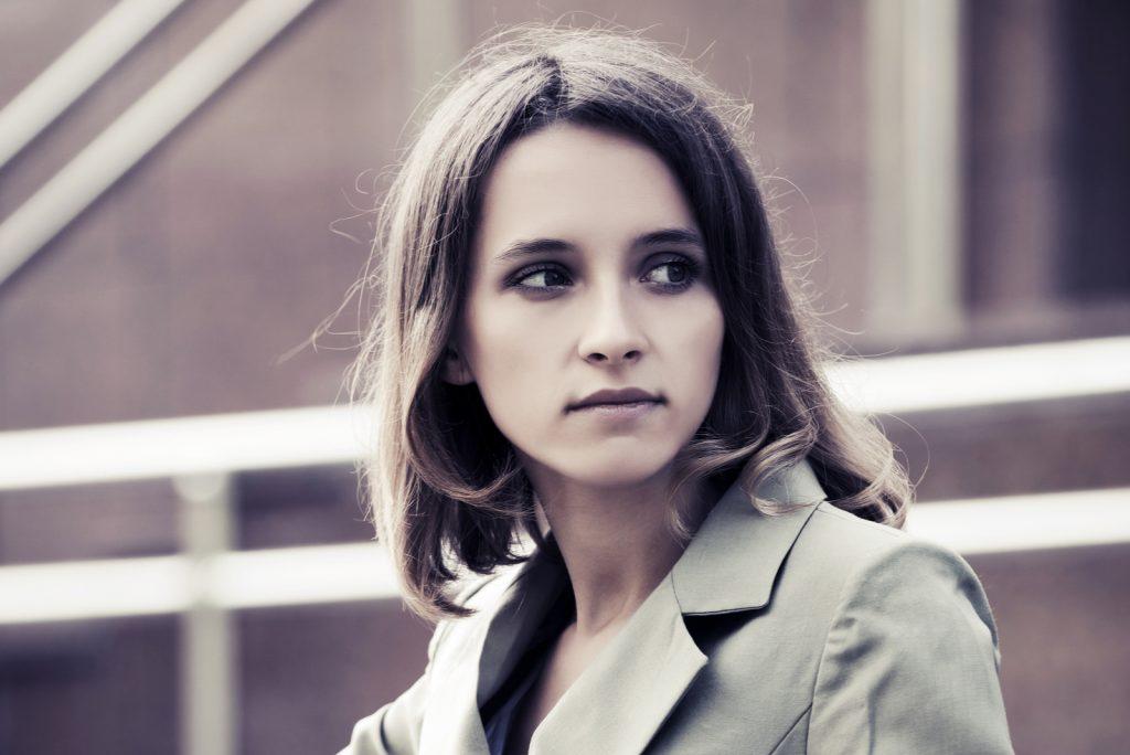 ung modekvinde i grå blazer