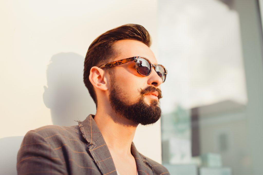 ung smuk mand med skæg