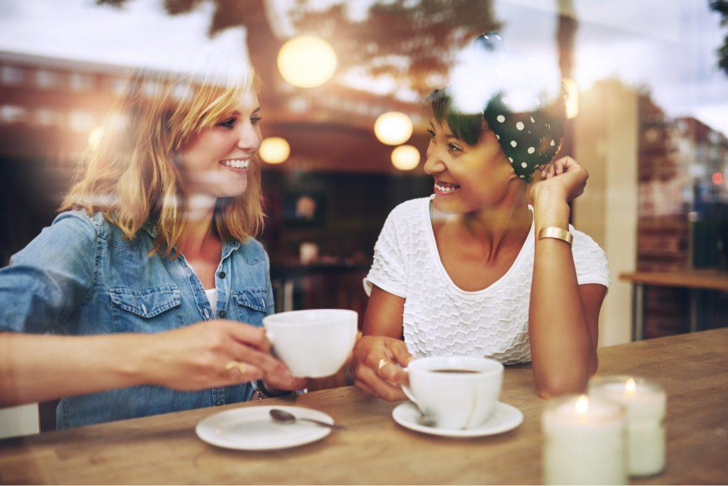 venner nyder kaffe sammen i en kaffebar